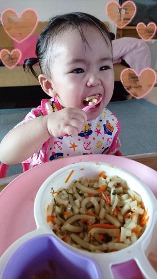 離乳食を食べるいちご