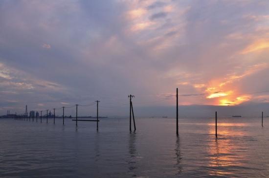 eg。海を走る電柱 001