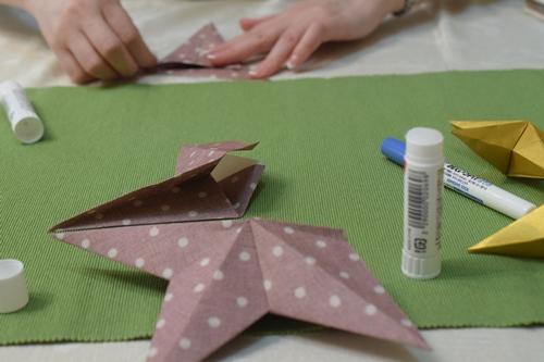 まずは折り紙で