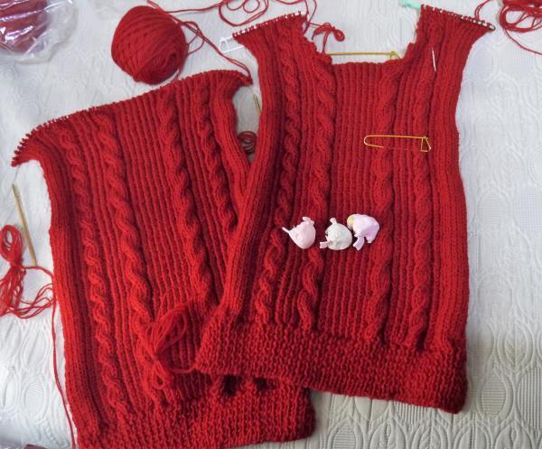 赤いセーター身頃編み上がり201611