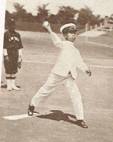 明治神宮外苑で開かれた少年野球大会始球式