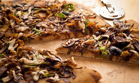 roasted-garlic-caramelized-onion-fig-pizza.jpg