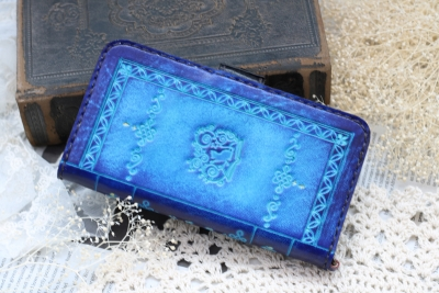 青いロゴマークの洋古書風スマホケース