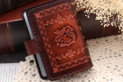 ロゴマークの洋古書風カードケース