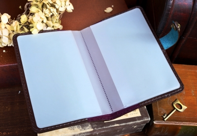 アンティーク風で青い革の通帳ケース
