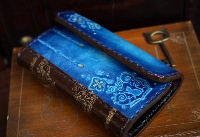 青い紫陽花の洋古書風キーケース