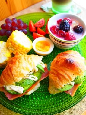 avocado&bacon croissant sandwich