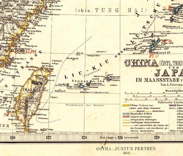 1868年に発刊された地図「ハンド・アトラス」。現在とは島名が一部異なるが、「Hoapin-su」(尖閣諸島・久場島)の西側に国境線が引かれている_wst1506240018-p1