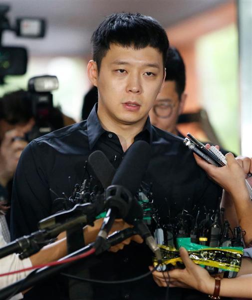 6月30日、ソウルの江南署で報道陣にコメントを語る東方神起のパク・ユチョンさん(AP)_wor1607110013-p1