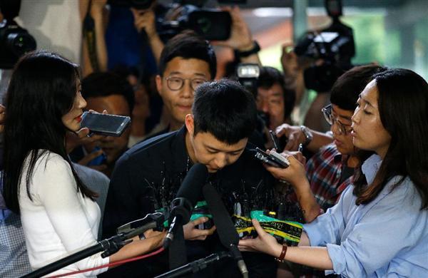 6月30日、ソウルの江南署で報道陣を前に頭を下げる東方神起のパク・ユチョンさん_prm1607010003-p3