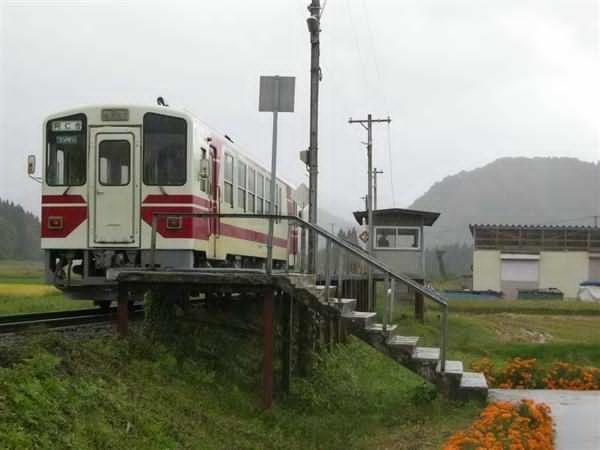 prm1610160007-p1_前田南駅に到着した普通列車と駅舎。映画に登場するシーンとほぼ同じ構図で撮影