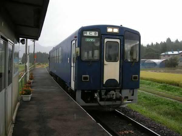 prm1610160007-p2_前田南駅に到着した鷹巣発の普通列車。映画に登場するシーンとは反対側から撮影