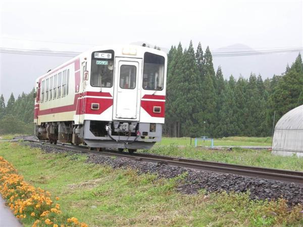 prm1610160007-p4_前田南駅に向かう鷹巣発の普通列車