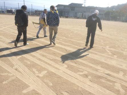 駐車場の砂で満足_161106