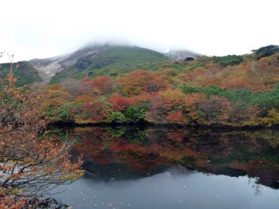 ひょうたん池に映る「逆さ茶臼岳」