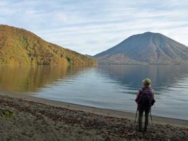 出島の紅葉と男体山