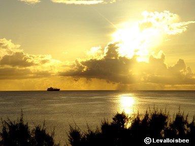 夕焼けのサイパンの海を船が行くdownsize