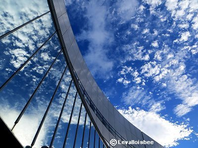 大空の雲とガラス窓の雲が出会っては消えてゆくdownsize