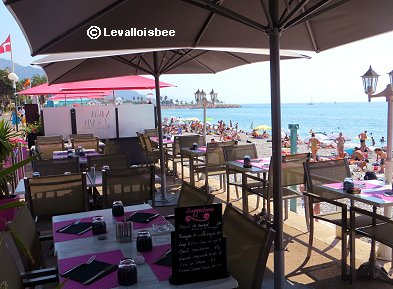 ★浜辺のレストランはピンクのテラス席REVdownsie