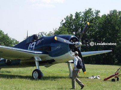 F6Fを間近で眺めるお兄さんFerte AlaisエアショーREVdownsize