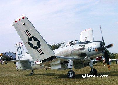 翼をゆっくり広げるA-1スカイレーダーFerte AlaisエアショーREVdownsize