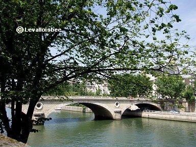 木陰から垣間見るルイフィリップ橋downsize