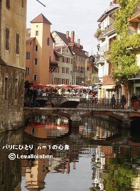 水面に映る家並みと橋が美しいREVdownsize