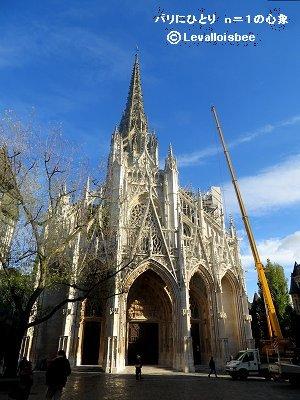 雨上がりの青空に白いレースのような石細工が映えるサンマクルー教会downsize