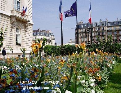 花に囲まれた春の市庁舎downsize