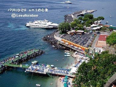 南イタリアのソレント海岸パラソルやチェアーが整列する海水浴場downsize