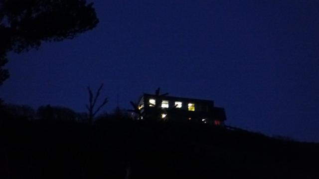 雲海荘を見上げる