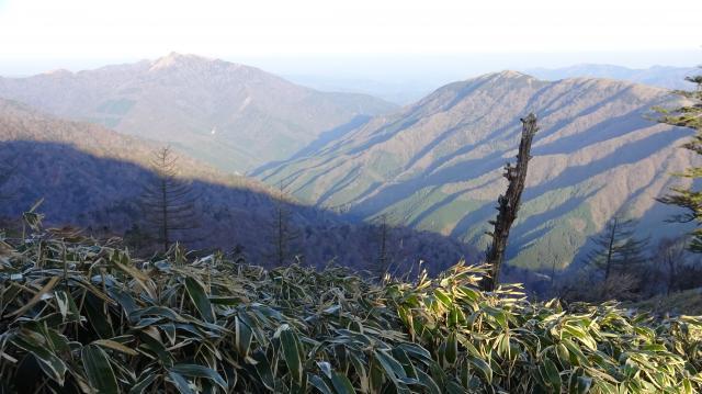 旧 東祖谷山村の谷をもう一度眺めた。石鎚はやはり見えない。黄砂か?