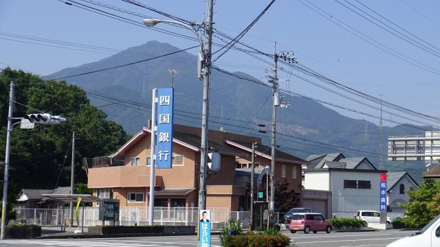 四国銀行の上にそびえる高越山