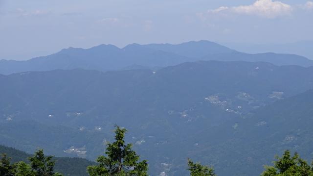 剣山スーパー林道から高越山を眺める