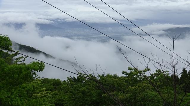 登山車道から北東方向、徳島平野を流れる吉野川を雲の切れ目に見る