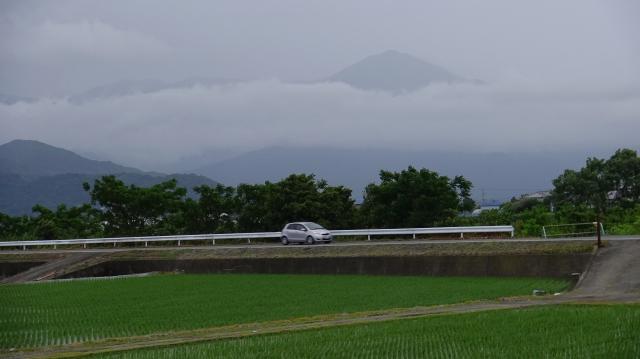 雲の上に頭を出す高越山