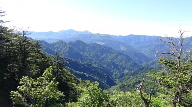 矢筈山と前衛峰との鞍部にくると太郎・次郎が見えた