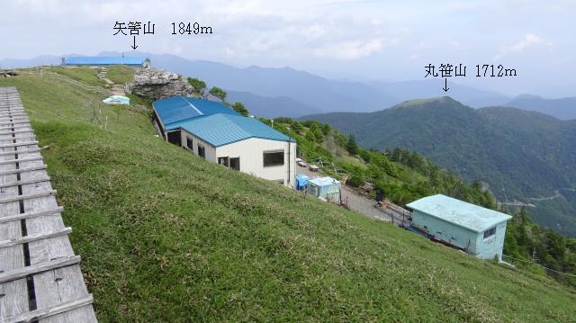 剣山の東側テラスから矢筈山方向を眺めた