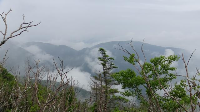 右が赤帽子山(1620m)、左側が丸笹山(1712m)