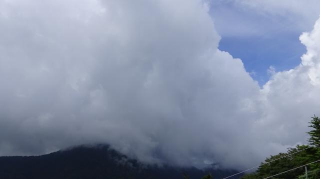妖しい雲が湧く