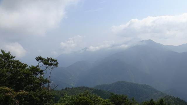 雲早山に雲がたなびく
