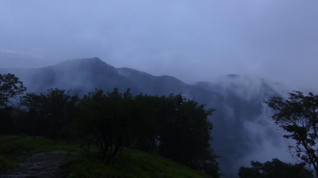丸笹山も雲霞に煙っている