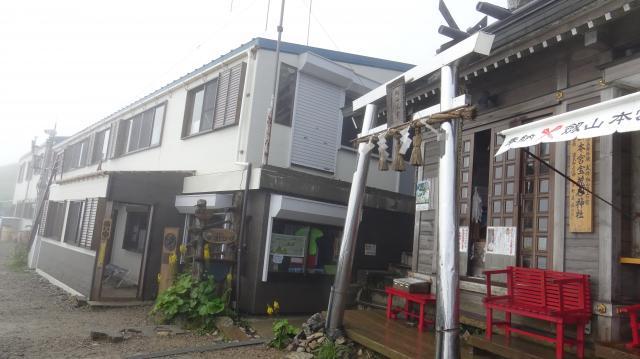 山頂の山小屋と神社