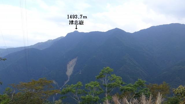 1100m地点から津志嶽が指呼の間に見えている
