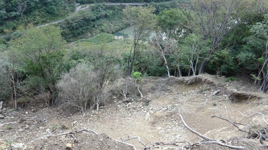牛内ダムの方から登る道は崩壊している