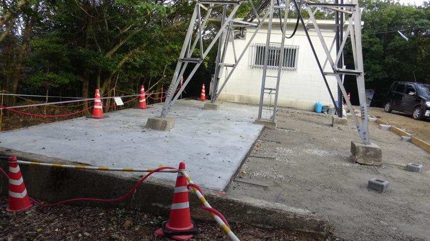 山頂直下の無線中継所? 工事をしています。