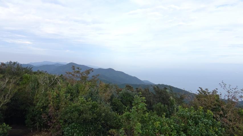 山頂から東のほうを見る