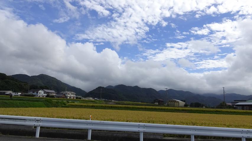 淡路島南部の山、雲がかかっている