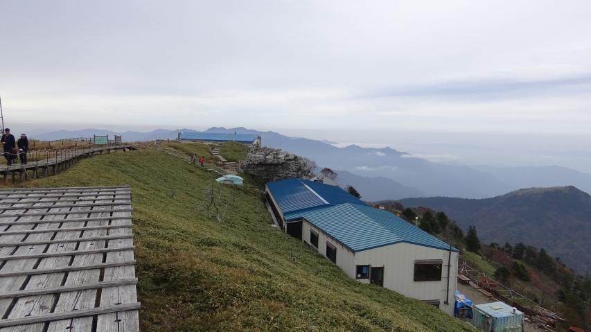 頂上ヒュッテと遠くに矢筈山