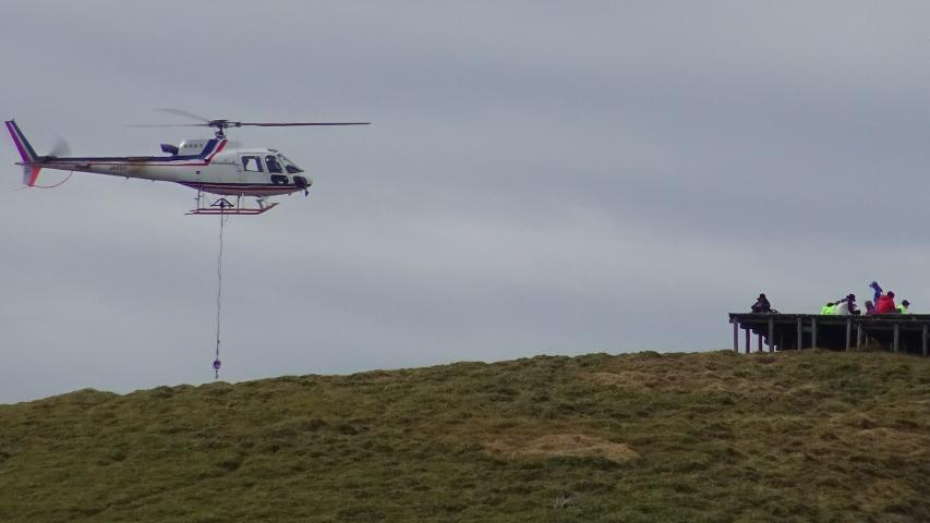 ヘリが山頂に飛来